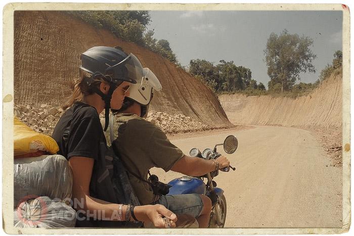 La carretera de tierra y piedras