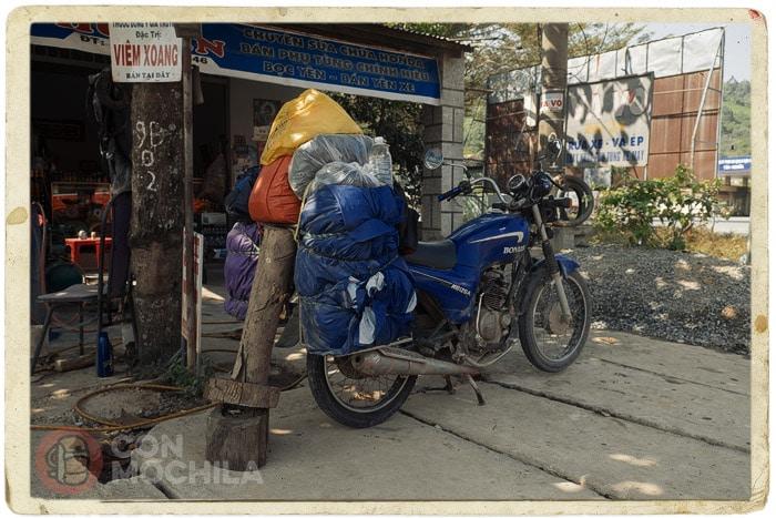 """El """"artilugio rudimentario"""" para elevar la rueda de la moto"""