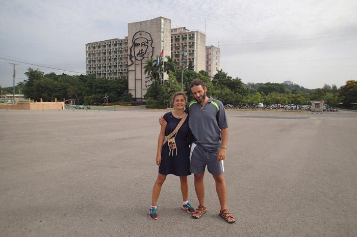 Ivan y Nuria en la plaza de la Revolución de La Habana