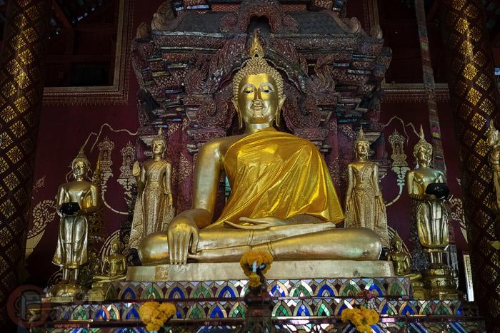 Imágenes de Buda en el altar