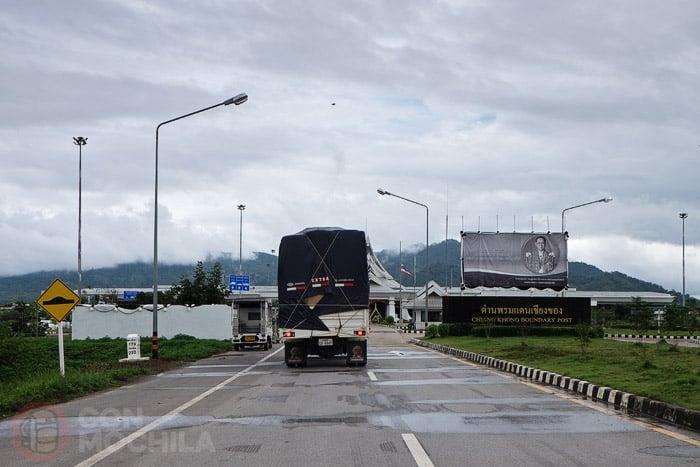Cruzar la frontera de Laos en moto desde Tailandia: Llegando a la frontera tailandesa del puente de la amistad IV