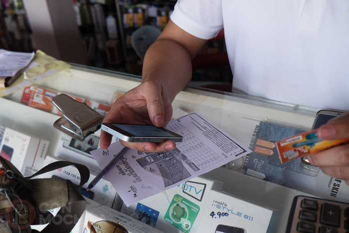 El señor configurando nuestra SIM card