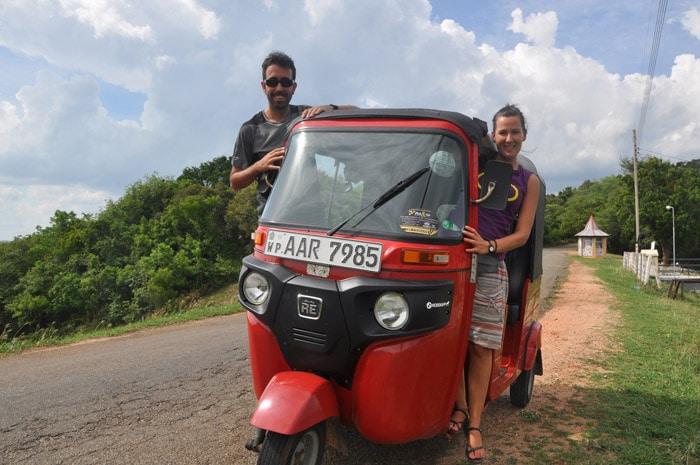 Itinerario de viaje a Sri Lanka: Neus y Raúl con su tuktuk
