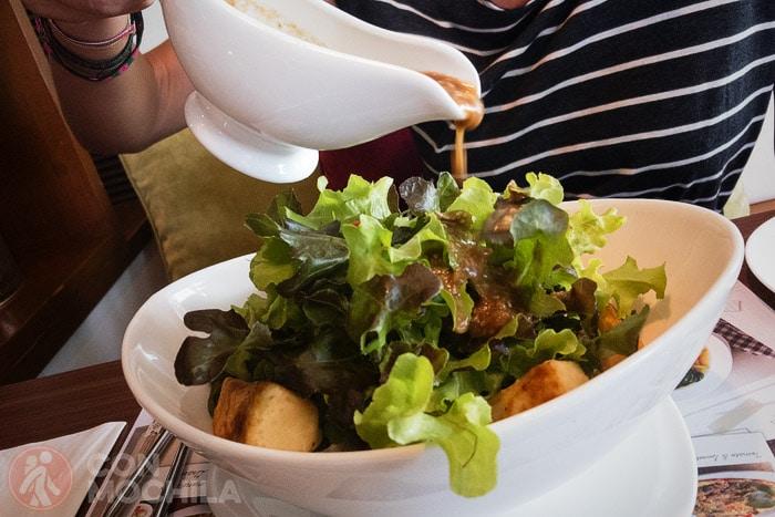 Riquísima ensalada en el J Kitchen