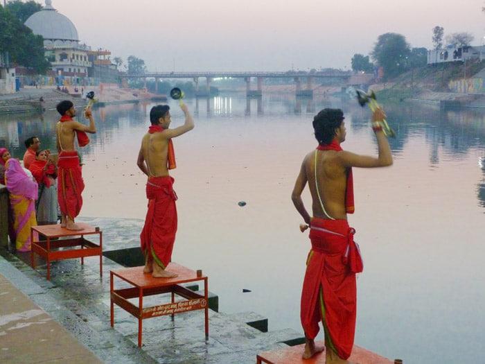 Itinerario de viaje a India: Ujjain, ofrendas en el río