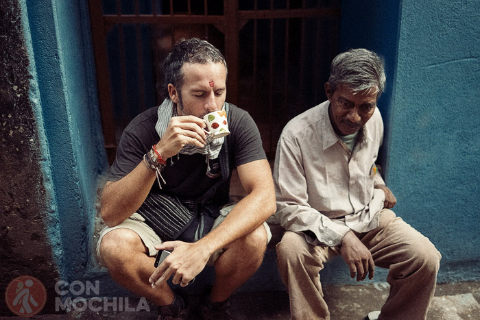 Disfrutando del chai con otro cliente
