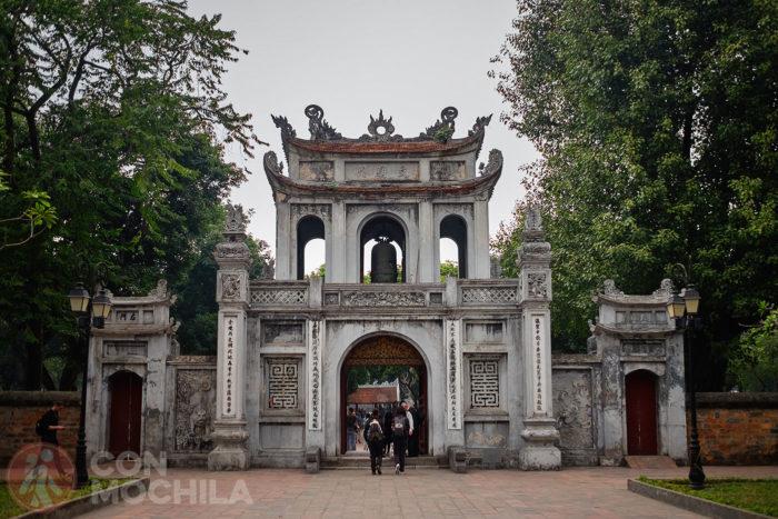 Puerta de entrada al templo con la campana en la parte superior