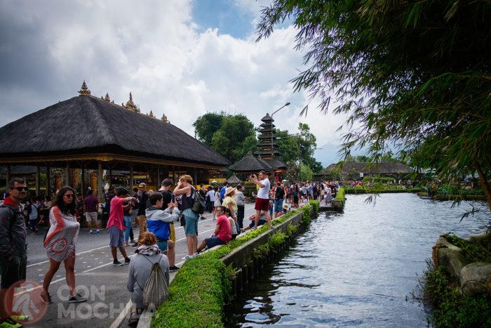 Turistas junto al lago