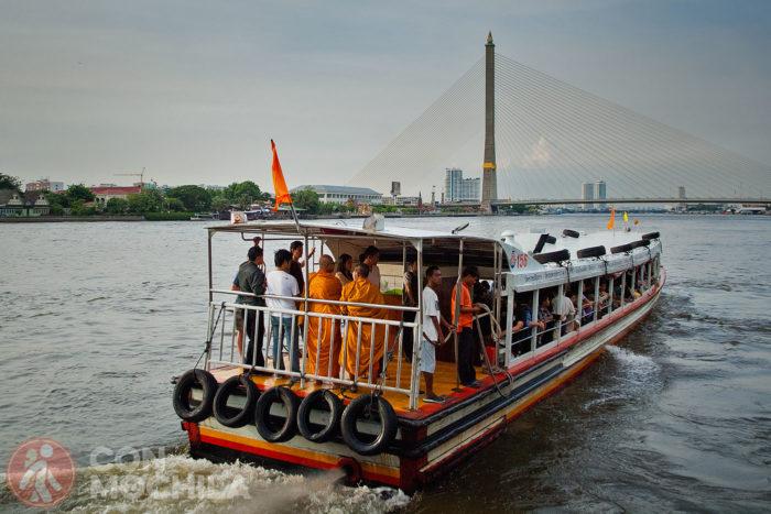 Barco por el río Chao Praya