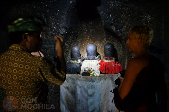 Las tres estatuas de piedra del interior de la cueva del Elefante