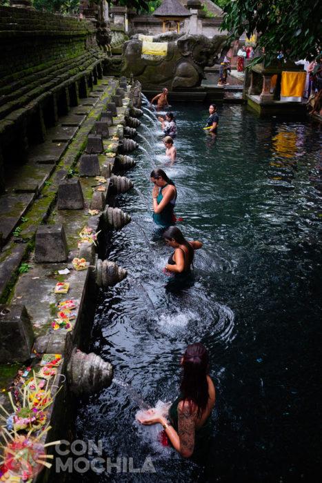 Turistas haciendo el ritual también