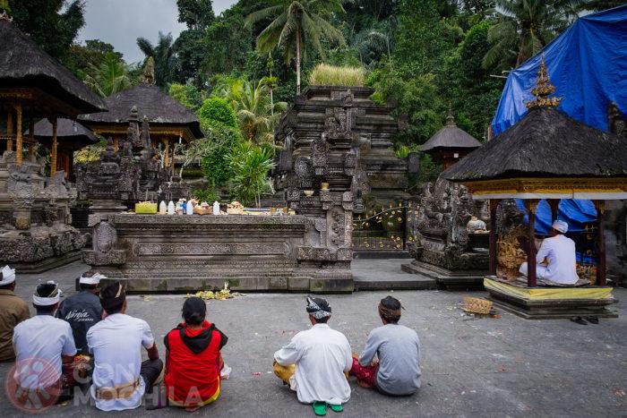 Gente local haciendo sus rezos y ofrendas
