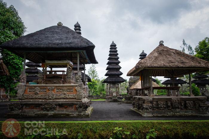 Detalles del patio del templo Taman Ayun