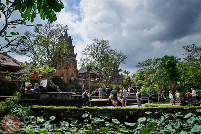 Escena típica del templo con sus visitantes