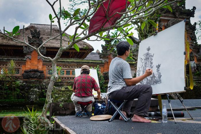 Un par de artistas pintando el templo Saraswati