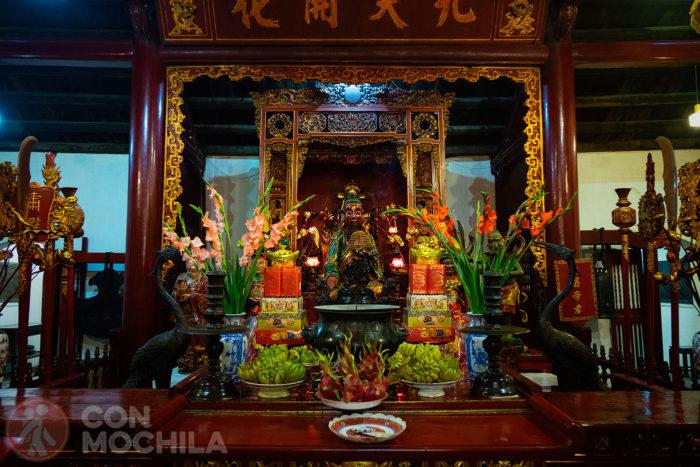 Interior del templo Ngoc Son