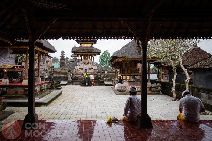 Balineses realizando ofrendas