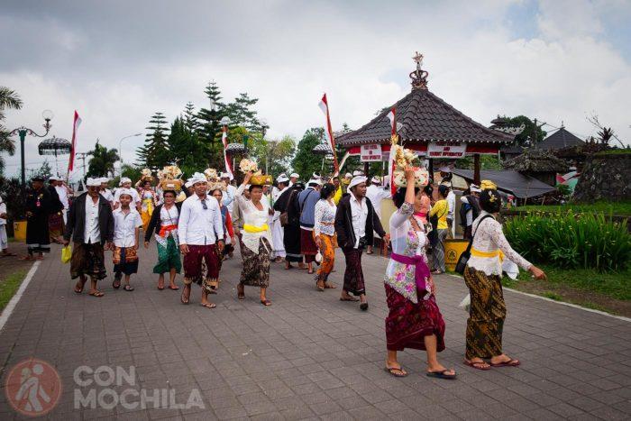 Balineses rumbo al Templo Madre