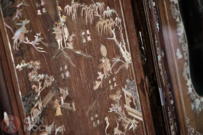 Detalle de una de las puertas de madera con incrustaciones