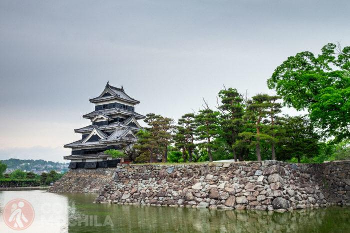 El castillo de Matsumoto y el estanque que lo rodea