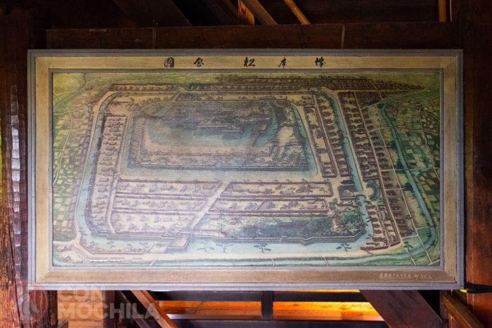 Un tablón con un mapa del castillo en su época