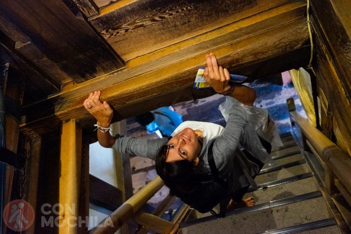 Haciendo maniobras para bajar esta escalera