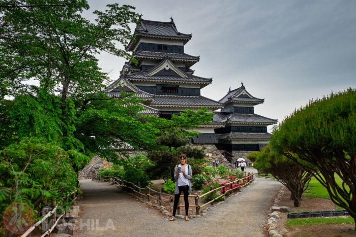 Una guiri leyendo una guía sobre el castillo de Matsumoto
