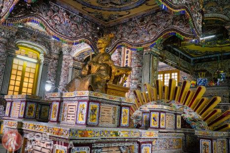 La tumba Khai Dinh, con el sol detrás