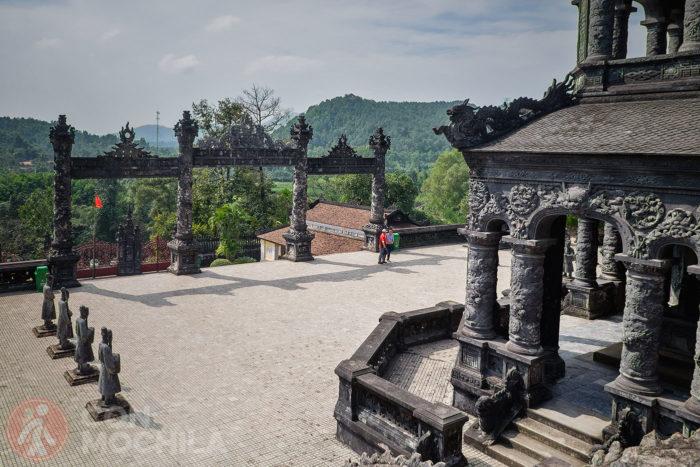 Una vista del recinto de la Tumba Khai Dinh