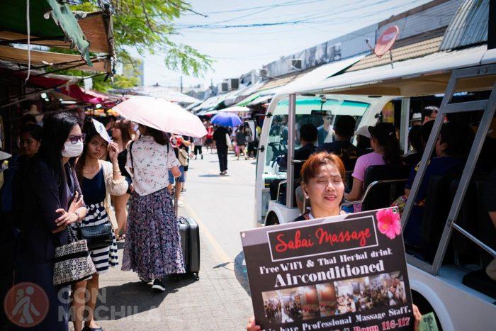 Una vendedora ofreciendo bebida tailandesa
