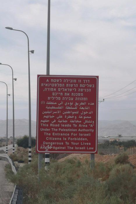 Señal que anuncia la entrada a población Palestina advirtiendo y prohibiendo la entrada a israelíes.