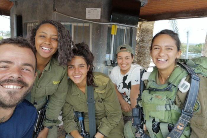 Jóvenes soldados en un puesto de control militar. En cada control me invitan a café o comer y comparto agradables conversaciones con la juventud armada.