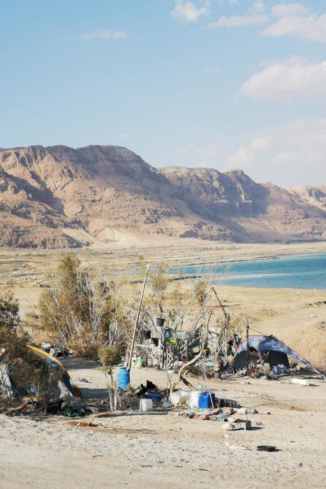 Increíble imagen del mar muerto y chavolas de sus habitantes.