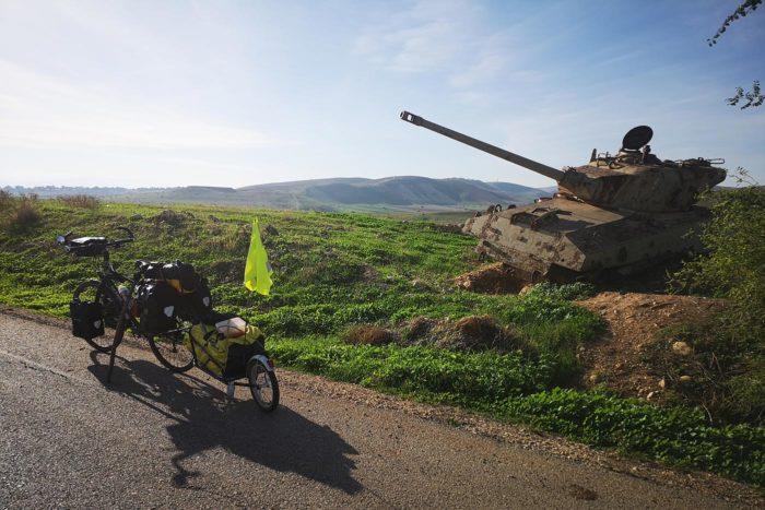 Restos bélicos en un lado de la carretera de combates anteriores.