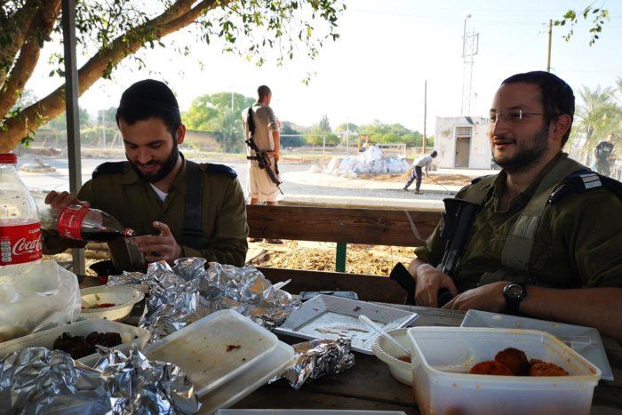 Seguridad militar en el asentamiento donde también me invitan a comer con ellos.