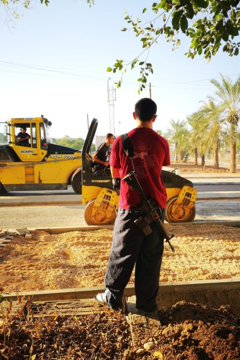 Obras para la expansión de un asentamiento Israelí en territorio palestino. Máquinas y armas.