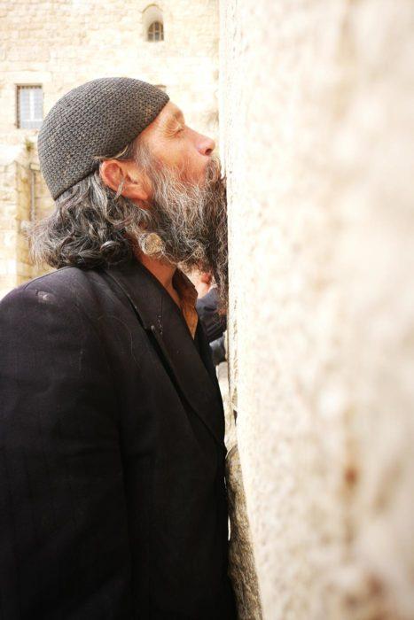 Judío rezando en el muro de las lamentaciones en Jerusalen