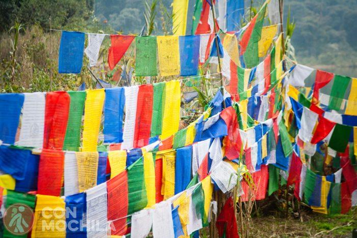 Las típicas banderas budistas de colores