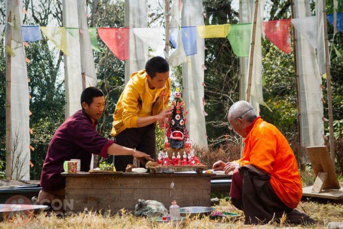 Budistas frente a banderas verticales