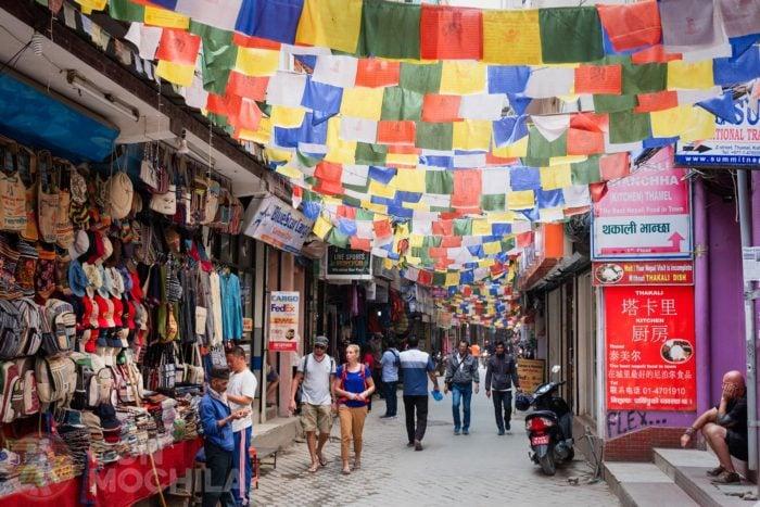 Calle de Thamel repleta de banderas budistas de colores