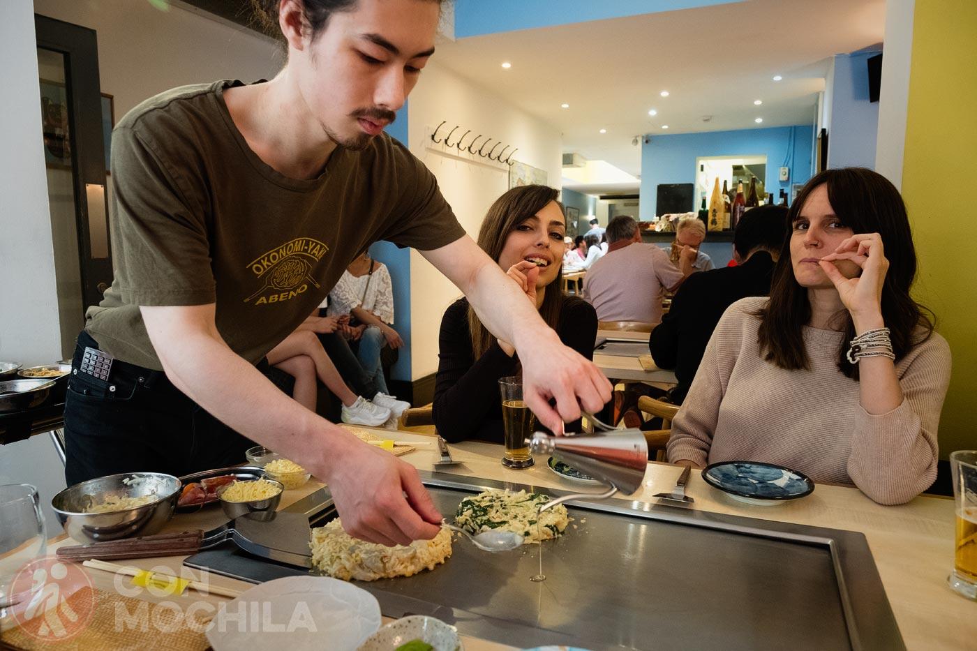 Preparando los okonomiyakis