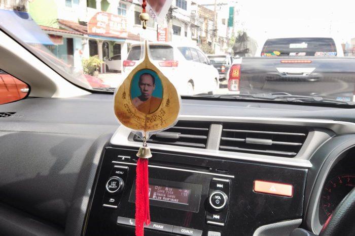 coche y amuleto budista