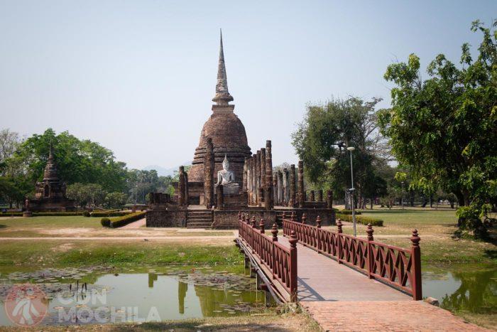 El pequeño puente de acceso al Wat Sa Si