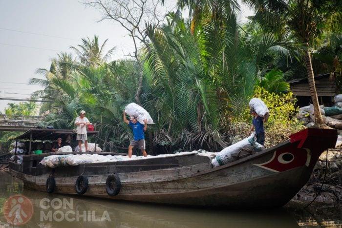 Barcaza de carga en el delta del Mekong