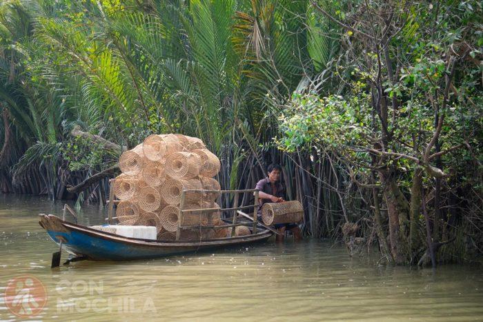 Pescador en uno de los canales del río