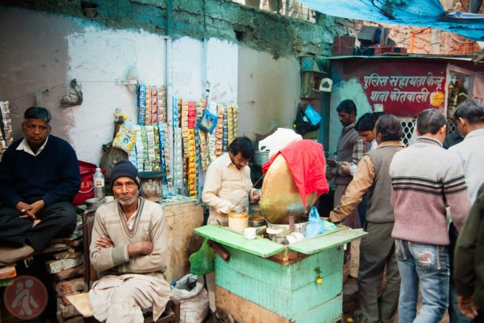 Puesto de chai en una calle de Old Delhi