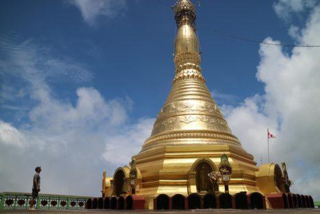Estupa dorada en lo alto del Monte Zwegabin