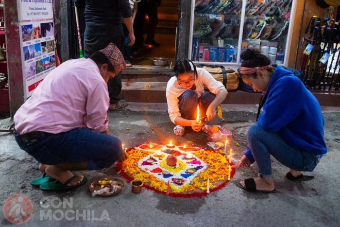 Pintando los suelos con arroz y arena de colores durante el Deepawali en Thamel