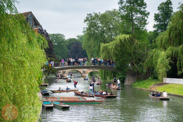 Turistas sobre uno de los puentes