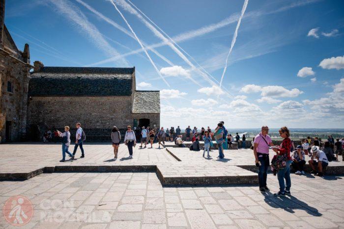 Turistas enfrente de la abadía